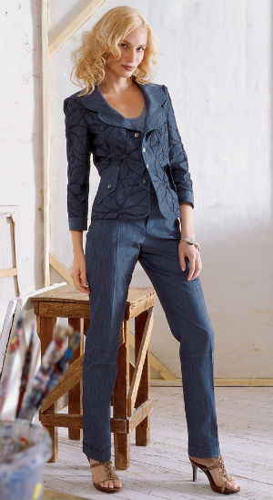 Красиві костюми для жінок. Синій діловий костюм. Взуття до ділового ... fc67db9c0dfff